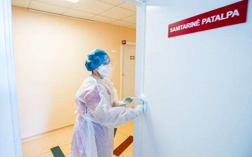 Резерв медсредств пополнился 33 тоннами защитных халатов и бахил