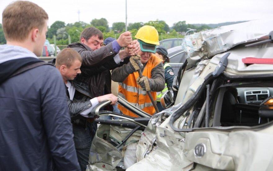 После жуткого ДТП в Вильнюсе: вытаскивать или нет пострадавших из машины?