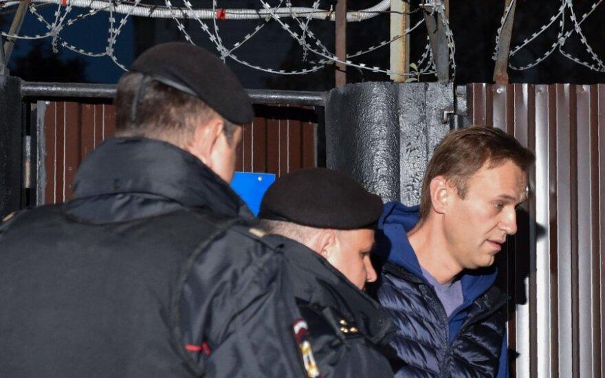 Aleksejui Navalnui tik atidarius areštinės duris jis buvo palydėtas į policijos autobusiuką