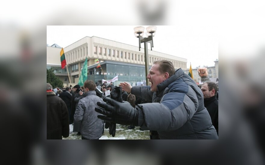 Люди хотят митинговать у Сейма, но им не дают разрешение