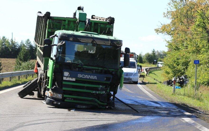 В Тракайском районе столкнулись грузовик и легковушка, погиб мужчина