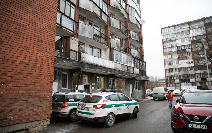 В Вильнюсе нетрезвый мужчина не открыл дверь полиции и выпрыгнул с 6-го этажа