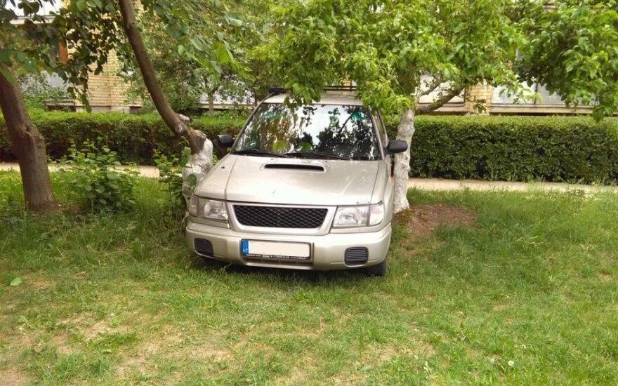 Нетрезвый каунасец на Subaru Forester застрял во дворе между деревьями