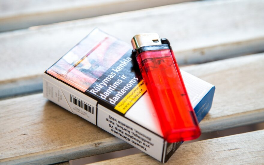 Один житель Литвы старше 15 лет в 2019 году приобрел 57 пачек легальных сигарет, алкоголя - чуть более 11 литров