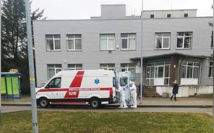 Medicinos darbuotojai žmogų išgabeno besilaikydami instrukcijų dėl įtariamo koronaviruso, t.y. dėvėjo specialias aprangas.