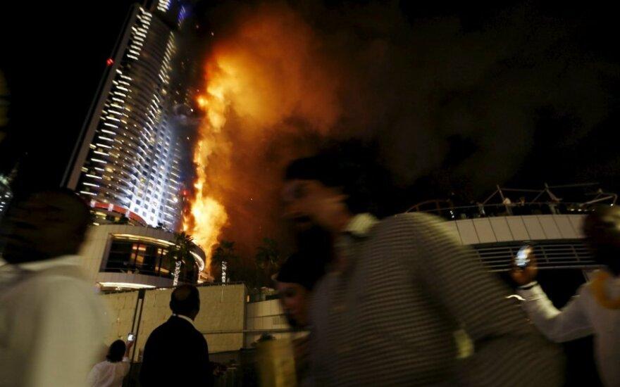 В центре Дубая в разгар новогодних празднований загорелся отель-небоскреб