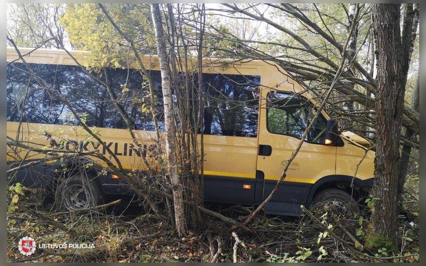 Из-за проблем со здоровьем у водителя в дерево врезался школьный автобус