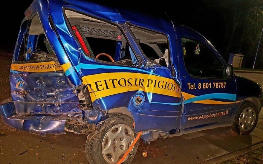 Пьяный водитель Audi в Купишкисе врезался в стоящий автомобиль