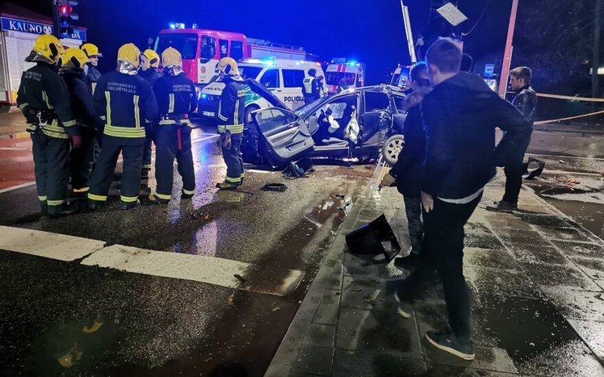 В Каунасе автомобиль пьяного водителя врезался в столб, погиб пассажир