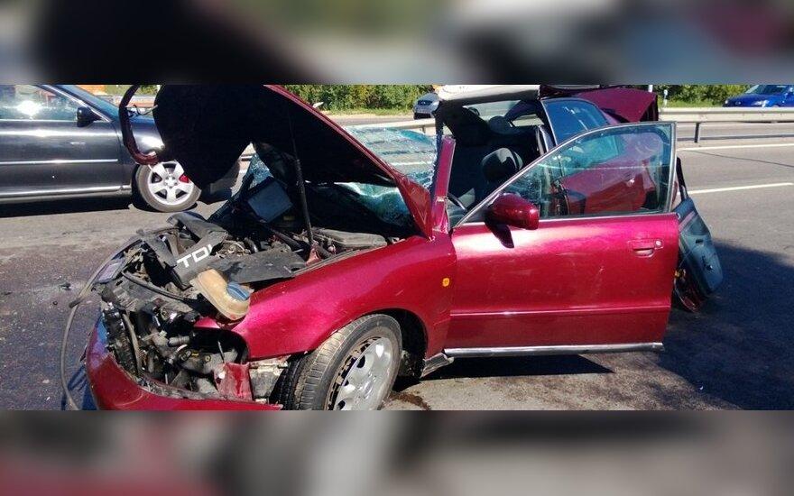 У неработающего светофора столкнулись грузовик и Audi