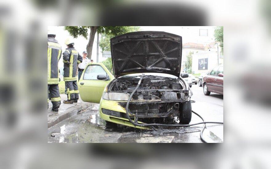 В Вильнюсе водители помогали тушить автомобиль