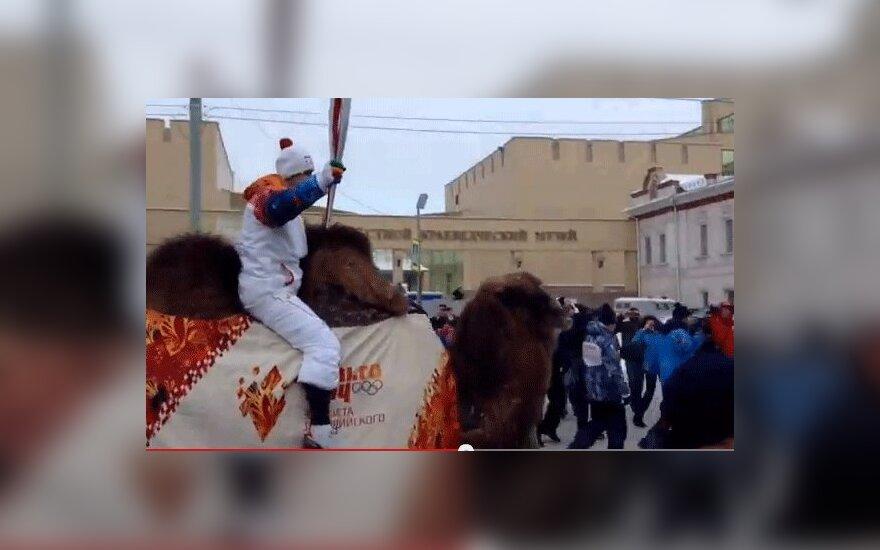 Мотокроссмен на верблюде пронес огонь Олимпиады по Челябинску