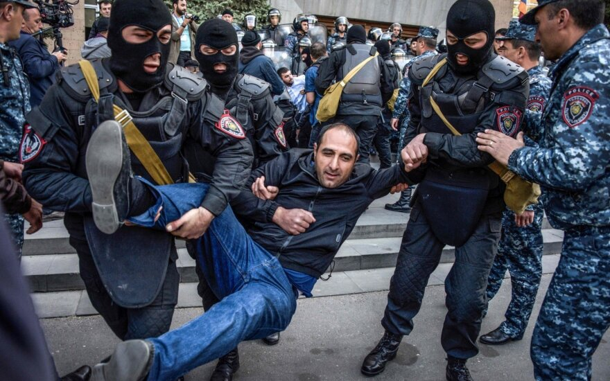 В Ереване полиция разгоняет демонстрантов свето-шумовыми гранатами