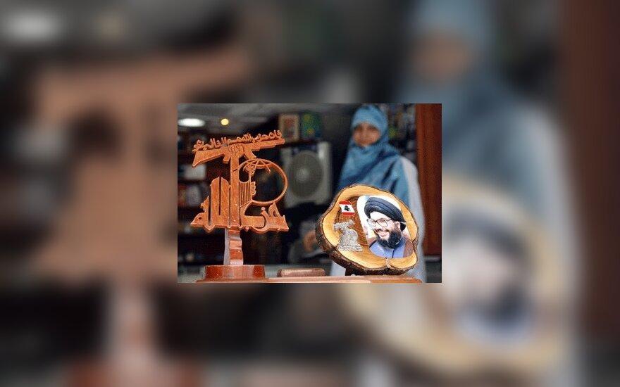 Libanietė moteris parduoda siuvenyrus su Hizbollah grupuotės bei jos lyderio Sayyedo Hassano Nasrallaho atvaizdais