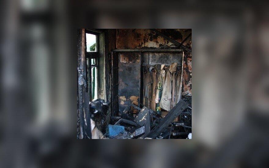 На месте пожара обнаружено тело мужчины с колотой раной в груди