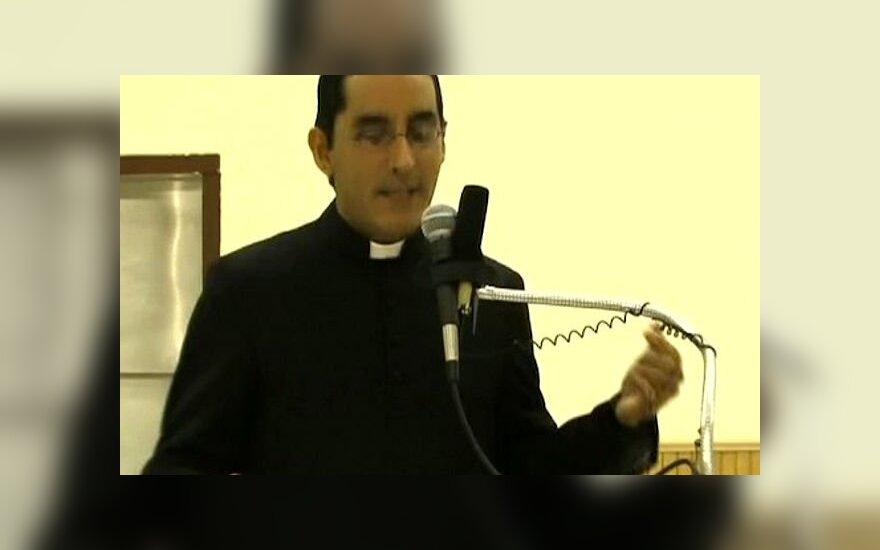 США: священника отстранили от служения за отказ причастить лесбиянку