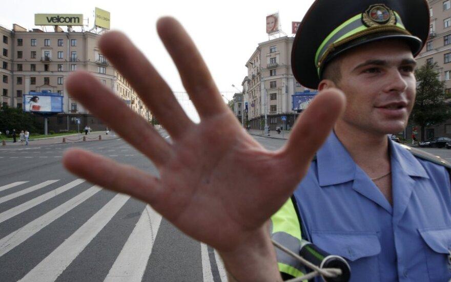 Baltarusijoje vairuotojai protestavo dėl degalų brangimo,  tačiau kelią jiems užtvėrė ir pravažiuoti pagrindine gatve neleido milicija
