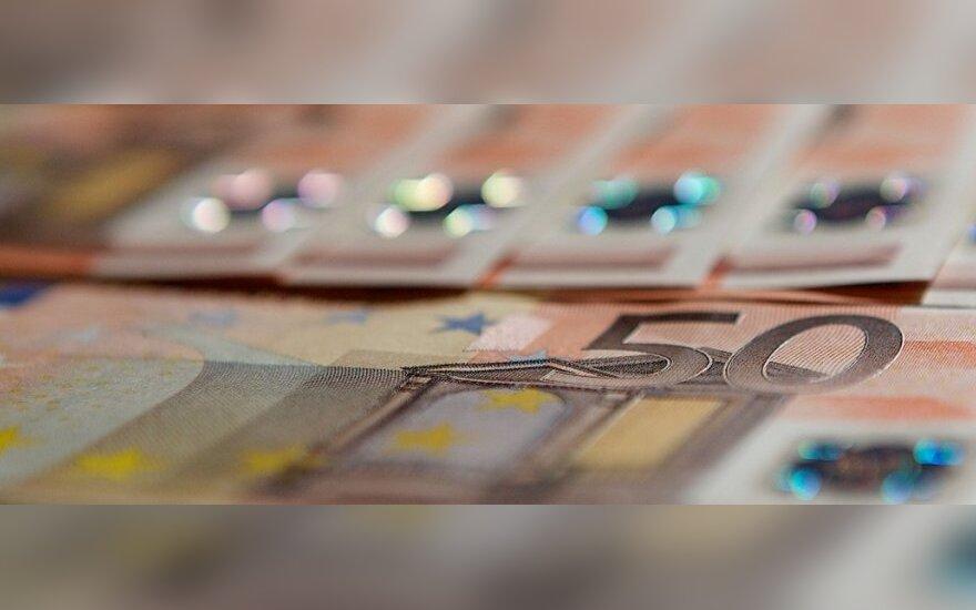 Представившийся сотрудником СРФП мужчина отнял у женщины 9200 евро и избил ее