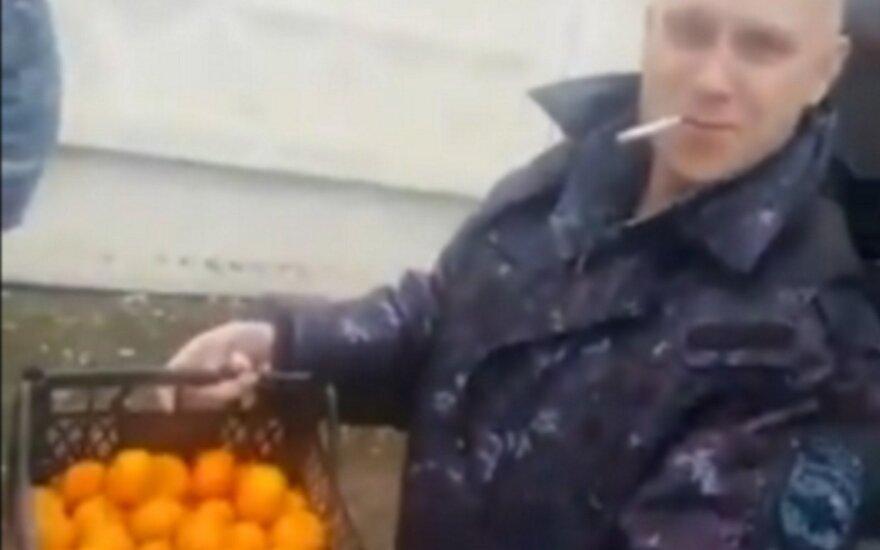 ВИДЕО: Российские ОМОНовцы проехали 130 км, чтобы получить в подарок от МВД по мандарину на человека
