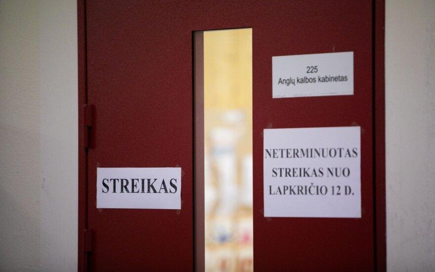 Бастующие литовские учителя проводят съезд