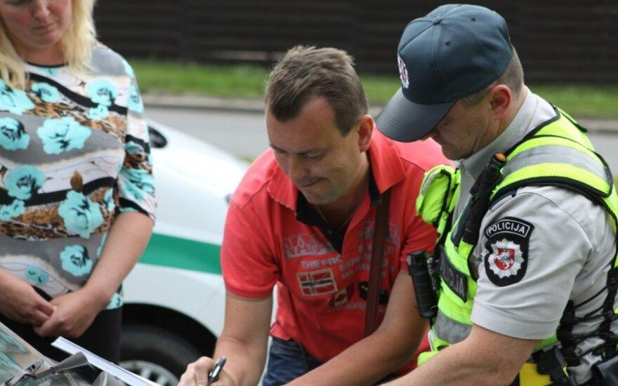 Полиция выясняла, кто управлял врезавшимся в столб автомобилем