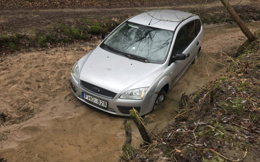 В Вильнюсе в речке нашли автомобиль, выясняют, как он там оказался