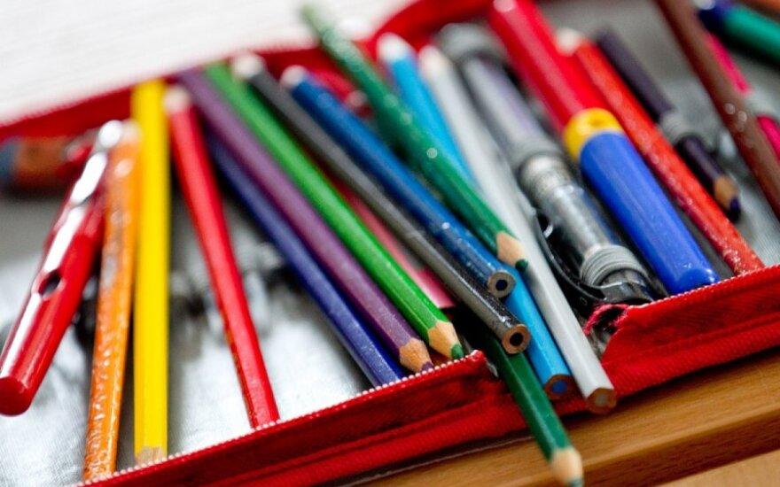 Одноклассница на уроке ткнула 9-летнему мальчику карандашом в глаз