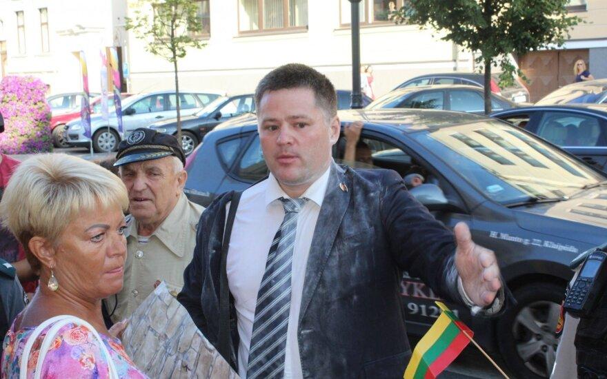 Депутата горсовета Титова на митинге в Клайпеде обсыпал мукой другой депутат