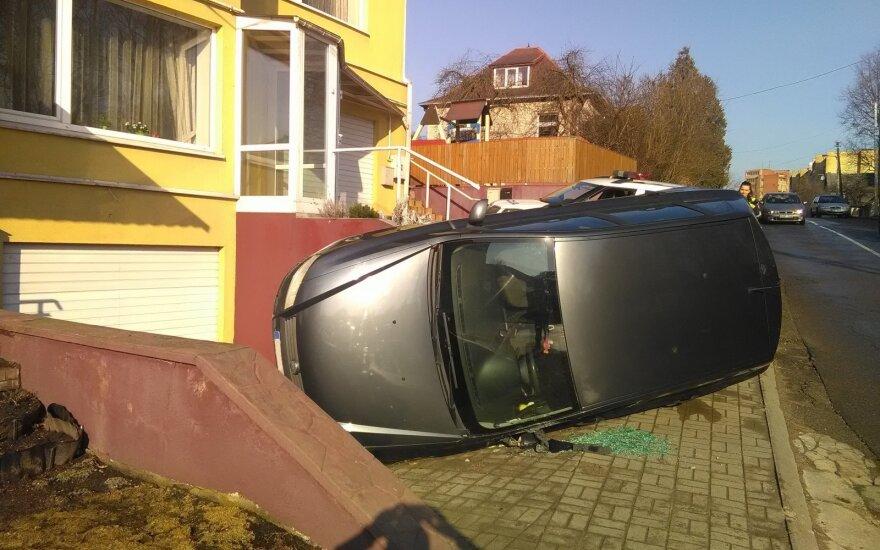 В Каунасе перевернулся Fiat и загородил въезд в гараж