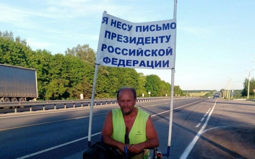 В России мужчина идет пешком к Путину из Саратова с загадочным письмом