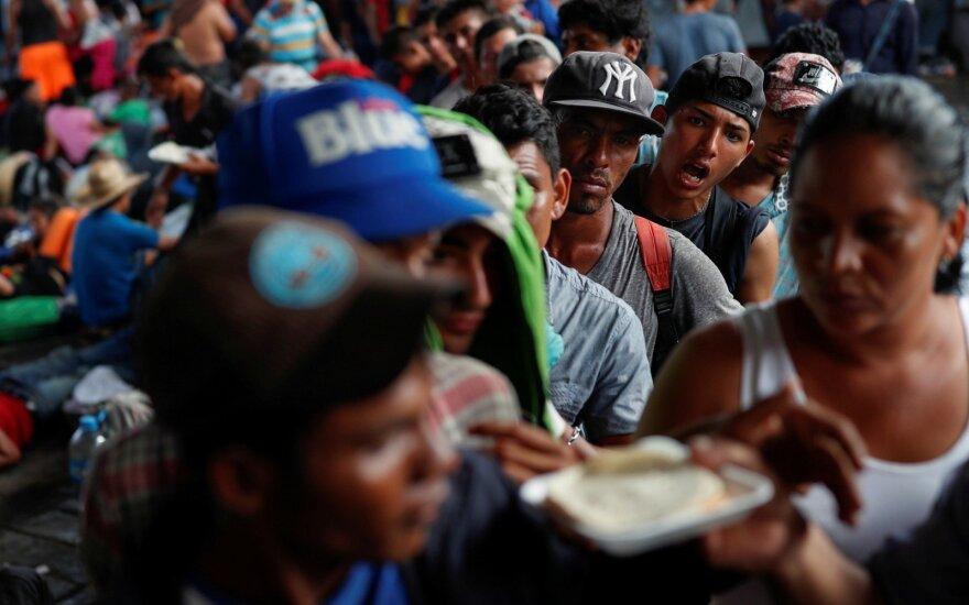 """Новый """"караван мигрантов"""" отправился из Сальвадора в США"""