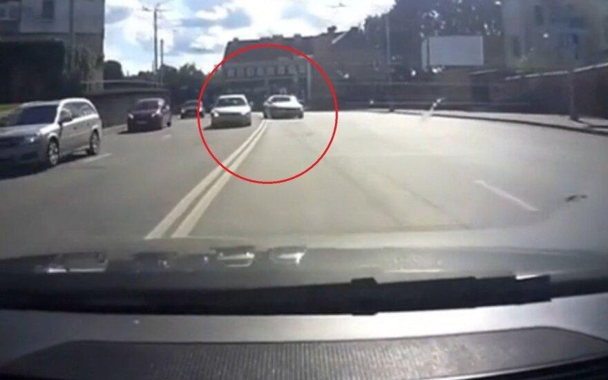 Водитель BMW превратил городскую дорогу в гоночную трассу