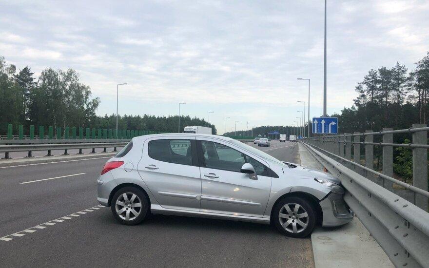 В Вильнюсе автомобиль врезался в ограждение