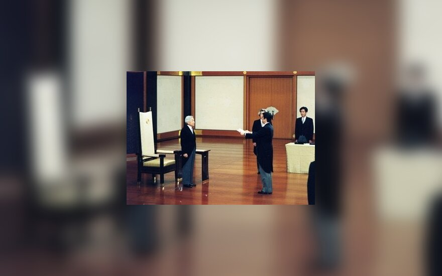 Japonijos imperatorius Akihito suteikia premjerui Shinzo Abe ir jo vyriausybei įgaliojimus veikti.