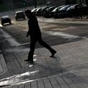 Vyras eina per gatvę