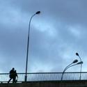 Žmonės eina per tiltą