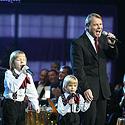 Mikalojus Novikas (kairėje) su sūnum Artūru ir anūkais