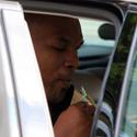 Mike'as Tysonas automobilyje valgo ledus