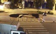 Akių nuo telefono neatitraukęs motociklininkas nepastebėjo prieš nosį atsivėrusios smegduobės