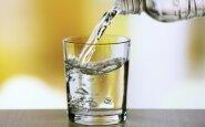 Priežastys, kodėl dabar pat turėtumėte išgerti stiklinę vandens
