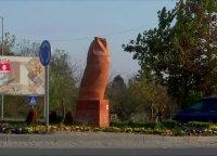 Neįprastos formos apuoko statula Serbijoje kelia aršias diskusijas
