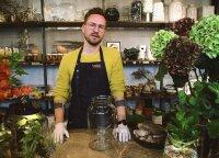 Floristas Mažonas demonstruoja, kaip namų sąlygomis iš augalų susikurti namus paįvairinančią kompoziciją