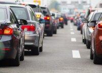 Daugybė pokyčių vairuotojams: siūlo drausti valgyti, rūkyti ar gerti prie vairo