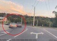 Vilniuje – kovinio filmo verta scena: BMW vairuotojas sustabdė eismą ir išėjo aiškintis santykių