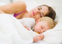 Miegoti su kūdikiu vienoje lovoje ar atskirai: šios įžvalgos padės apsispręsti