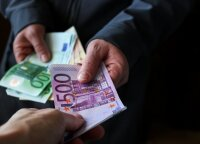 Suklastotą vairuotojo pažymėjimą pateikęs vyras pareigūnams davė 500 eurų kyšį