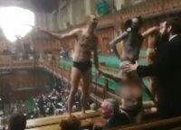 """Britanijos parlamente vykstant """"Brexit"""" debatams apsinuogino grupė protestuotojų"""