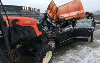 """Sniegą valantis traktorius """"Akropolio"""" aikštelėje sutraiškė """"VW Passat"""""""