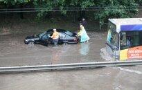Vilniaus gatvėse – chaosas: vanduo kelia šulinių dangčius, automobiliai tiesiog skęsta