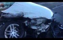 Šokiruojanti avarija: vairuotoja išgyveno perpus perplėštame automobilyje